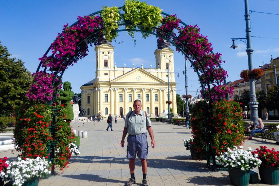 Carl-Åke på en tidig morgonpromenad framför den protestantiska Storkyrkan på Kossuth-torget