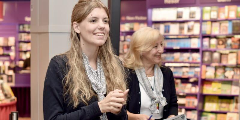 Personal vid informationsdisk på airside Arlanda