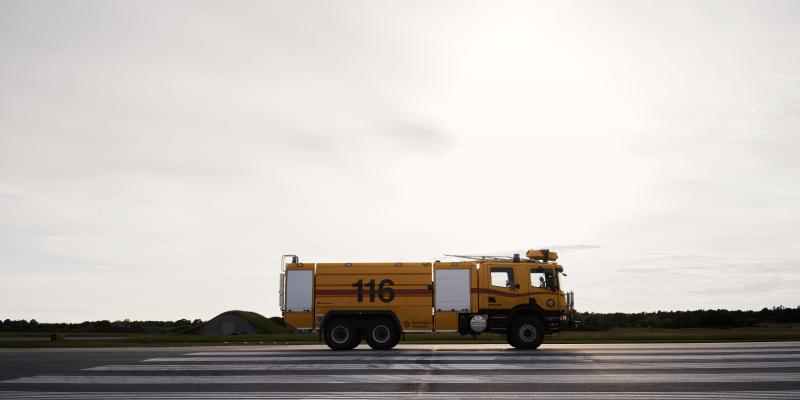 Gul tankbil på Visby Airport