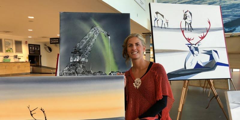 Annica Waara framför några av sina målningar