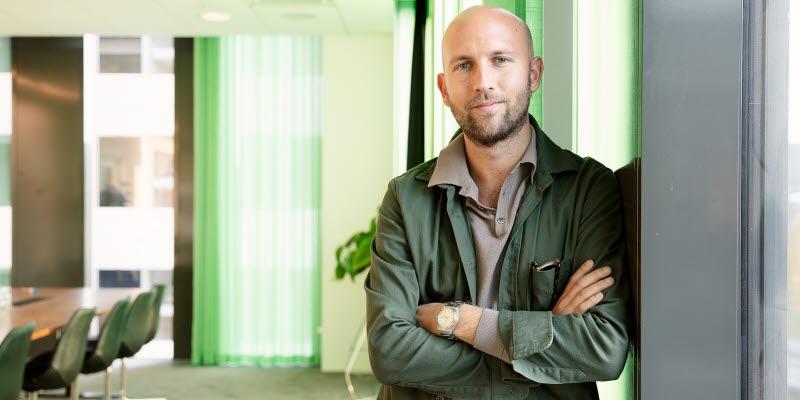 Karl Garberg på United Spaces står i ett konferensrum