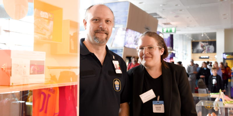 "Paul Pintér and Elin Maria Bergsten in front of ""En dålig affär"""